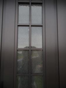 御神杉が取り外された玄関扉