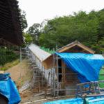 屋根が掛けられた再建中の回廊、丹生山神宮寺(多気町丹生)