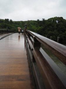 雨に濡れた宇治橋(五十鈴川)