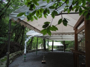 雨儀廊が設置され昨日に仮殿御遷座を終えた大山祗神社および子安神社