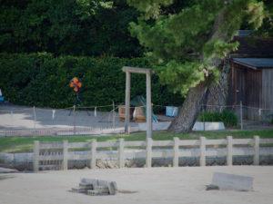 鹹水を詰める樽が二本、御塩浜(伊勢市二見町西)