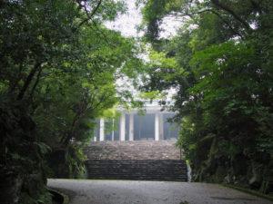 霧にけむる神宮司廳