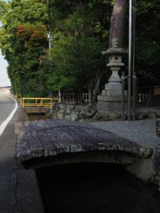 櫲樟尾神社の前を流れる用水路(伊勢市楠部町)
