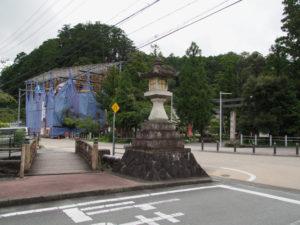 修復が進む仁王門、丹生山神宮寺(多気町丹生)