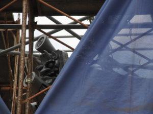台風対策で一部の工事用シートが外された仁王門、丹生山神宮寺(多気町丹生)