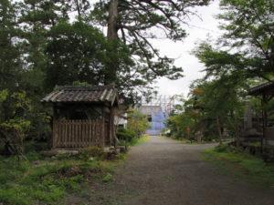 参道にて遠望した修復中の仁王門、丹生山神宮寺(多気町丹生)