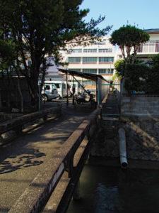 豊川に架かる橋の先は私道か公道か?