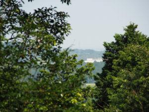 的山公園のコンクリート舗装道からの眺望