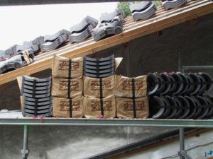 瓦葺き作業中の回廊、丹生山神宮寺(多気町丹生)