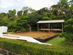 観月会に向けて準備される奉納舞台(内宮の神苑)
