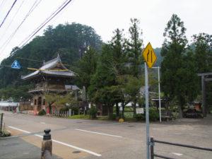 足場が取り外された仁王門、丹生山神宮寺(多気町丹生)