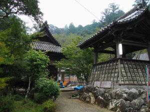 足場が取り外された回廊へ、丹生山神宮寺(多気町丹生)