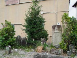 住宅街で見つけた墓石(伊勢市宮後3丁目)