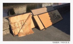 多数の古文書が貼られた襖のサルベージ現場(写真提供:千枝大志 氏)