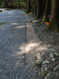 石が列べ変えられている神服織機殿神社(皇大神宮 所管社)