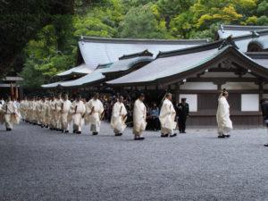 神御衣祭、雨儀のため五丈殿への参進