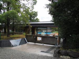 ブルーシートが掛けられていた奉納舞台への架け橋(2019年10月22日時点)