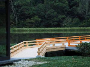 ついに完成したせんぐう館から奉納舞台への架け橋(外宮 勾玉池)