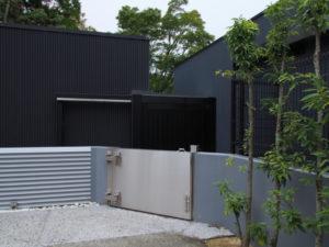 防水扉が設置されたせんぐう館(せんぐう館から茜社の参道への通路にて)