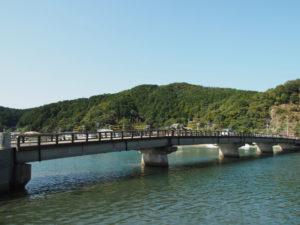 加茂川に架かる安楽島橋