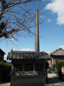 養川公民館より見上げた御絲織物株式会社の煙突(多気郡明和町養川)