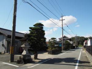 仮殿となっている西行部公民館と須賀神社の社叢(多気郡明和町行部)