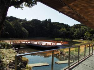 せんぐう館 休憩舎から望む勾玉池と奉納舞台