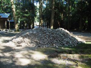 斎館前に積み上げられていたお白石、神麻続機殿神社(皇大神宮 所管社)