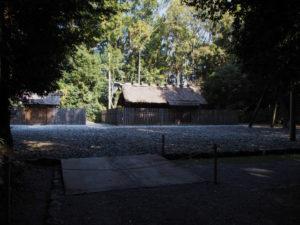 斎庭へと掛けられた鋼板のスロープ、神麻続機殿神社(皇大神宮 所管社)