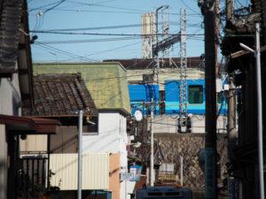 建物の間隙から遠望したお召し列車 しまかぜ