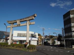 能褒野神社の一の鳥居(JR亀山駅前)