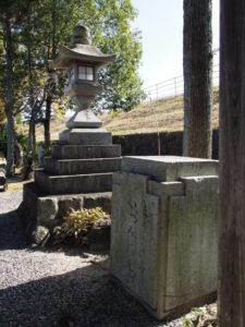 3 川俣神社に置かれた旧いづみはしの親柱