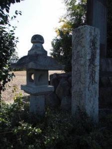 4 石燈籠と5 「従是東神戸領」の石柱(東海道 (13)中富田・西富田・A)