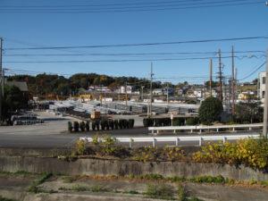 国道1号から望む山積みの電柱群