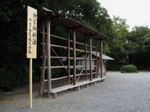 表参道に設置された神宮御料酒の樽を並べる棚(外宮)
