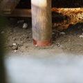 柱の根元にある銅板根巻きが取り替えられた八尋殿、神麻続機殿神社(皇大神宮 所管社)