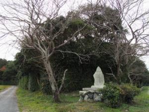 福井氏流水記功碑(神服織機殿神社の北東)