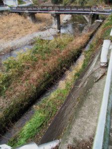 長野川の上、新開橋の下を流れる用水(津市美里町三郷)