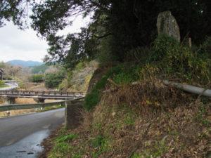 新開橋(長野川)付近の石碑(?)(津市美里町三郷)