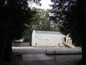 簀屋根の中では作業中の八尋殿、神麻続機殿神社(皇大神宮 所管社)