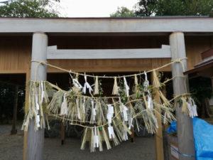 注連縄だらけの鳥居、牟山中臣神社(伊勢市田尻町)