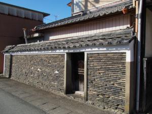 築地塀に合わせて修繕された長屋門の壁板、旧御師 丸岡宗大夫邸(伊勢市宮町)