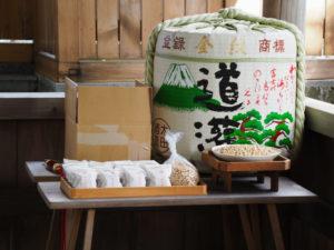 案の上に並べられた福豆、世木神社(伊勢市吹上)