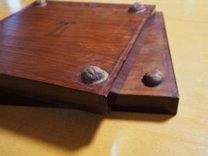 くるみ盆(伊勢春慶)の裏には文字通りくるみの脚