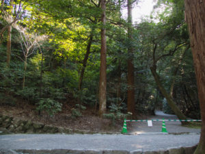 下御井神社への参道は「立入禁止」