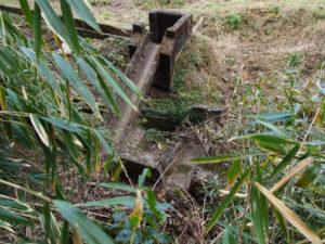 岩谷池から下流側の立梅用水、複雑な形状の水路(多気町丹生)