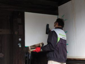 漆喰が塗り替えられる長屋門、旧御師 丸岡宗大夫邸(伊勢市宮町)