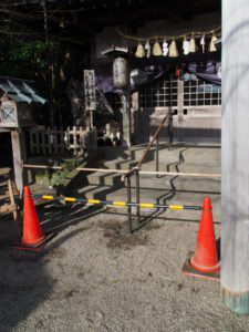 階段手摺り工事中の伊勢上座蛭子社(伊勢市八日市場町)