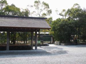 手水舎とせんぐう館の出入口(外宮)