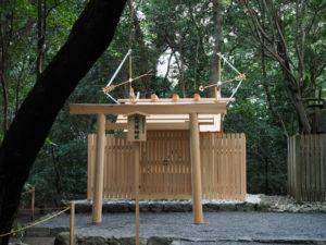 上棟祭の朝、新しい社殿の屋根には雁股矢と鏑矢、高河原神社(豊受大神宮 摂社)